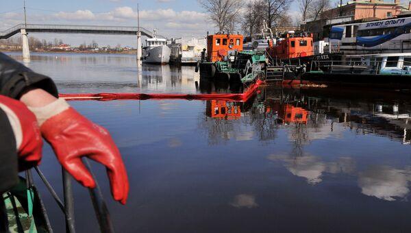 Работы по очистке акватории Невы от нефтепродуктов. Архивное фото