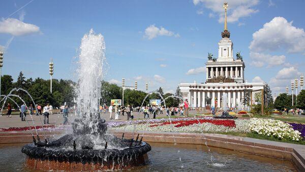 Всероссийский выставочный центр (ВДНХ). Вид на фонтан и Центральный павильон. Архивное фото