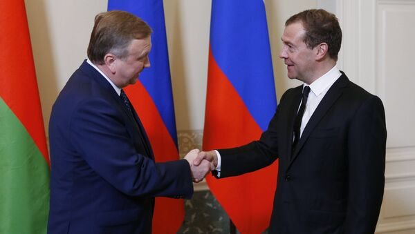 Председатель правительства РФ Дмитрий Медведев и премьер-министр Белоруссии Андрей Кобяков. Архивное фото