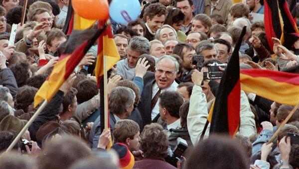 Гельмут Коль в толпе сторонников. 20 февраля 1990 года
