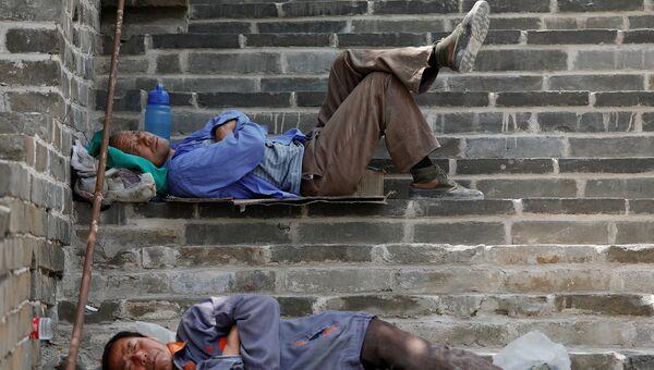 Рабочие отдыхают в перерыве реконструкции участка Великой Китайской стены