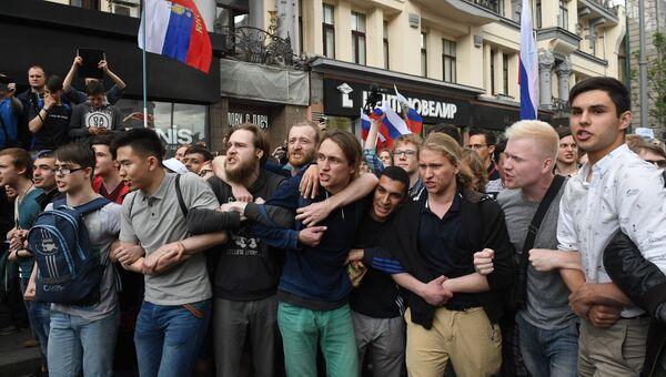 Участники несанкционированной акции на Тверской улице в Москве