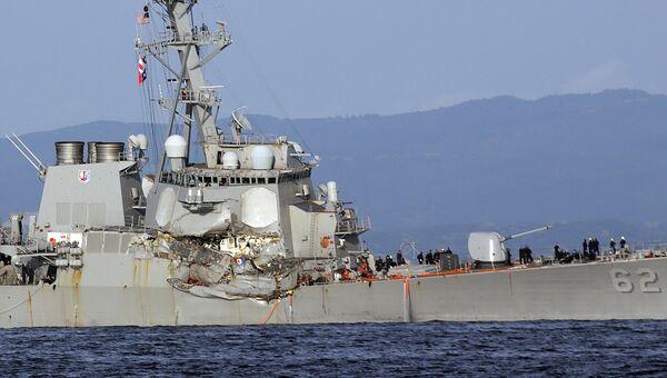 Американский эсминец Fitzgerald после столкновение с торговым судном. Архивное фото