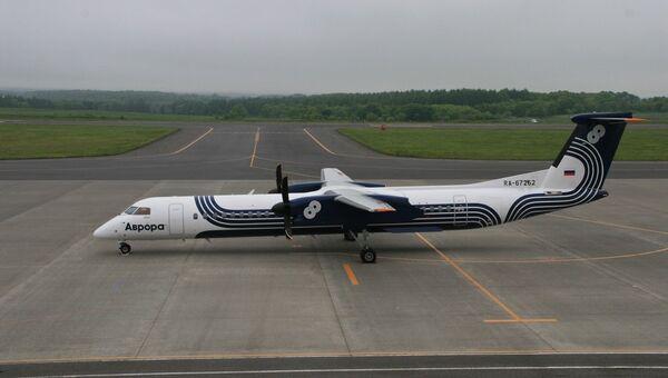Самолет авиакомпании Аврора DHC 8-Q400 в аэропорту Накасибэцу на Хоккайдо