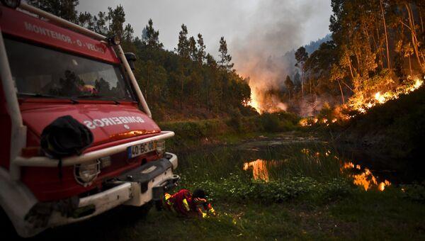 Пожарный расчет во время пожара в Пенеле, Коимбра, в центре Португалии. 18 июня 2017