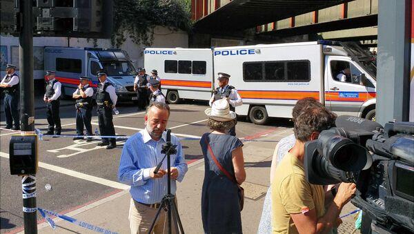 Полиция и журналисты на месте наезда фургона на людей в Лондоне. 19 июня 2017