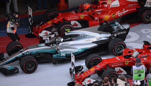 Гонщик команды Мерседес Вальттери Боттас и гонщик команды Феррари. Архивное фото