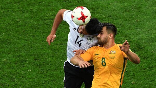 Эмре Джан (Германия) и Бейли Райт (Австралия) во время матча Кубка конфедераций-2017 по футболу