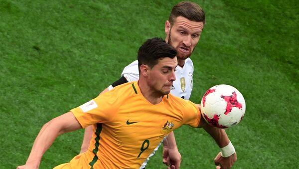 Томи Юрич (Австралия) и Шкодран Мустафи (Германия) во время матча Кубка конфедераций-2017 по футболу