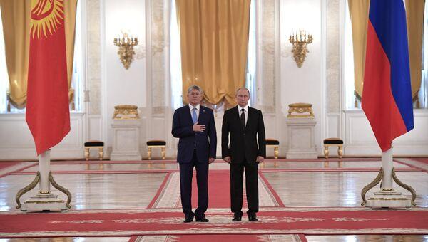 Президент РФ Владимир Путин и президент Киргизии Алмазбек Атамбаев во время официальной встречи. 20 июня 2017