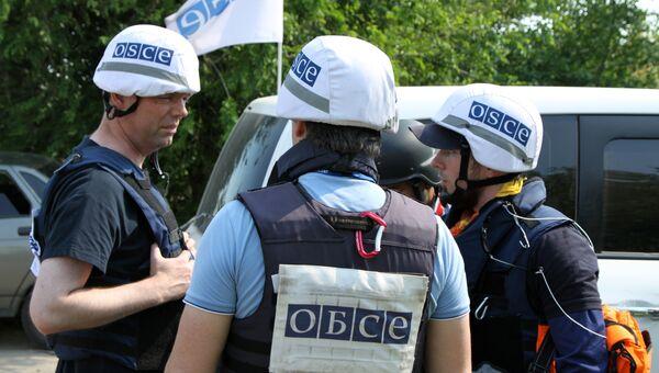 Замглавы СММ ОБСЕ на Украине Александр Хуг во время посещения с инспекцией прифронтового населенного пункта Саханка в ДНР. 20 июня 2017