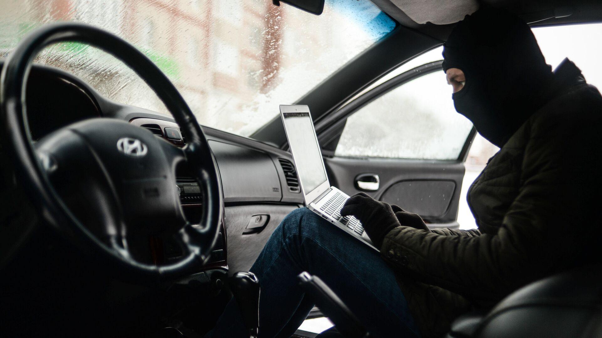 Мужчина имитирует вскрытие автомобиля и его угон - РИА Новости, 1920, 21.04.2021