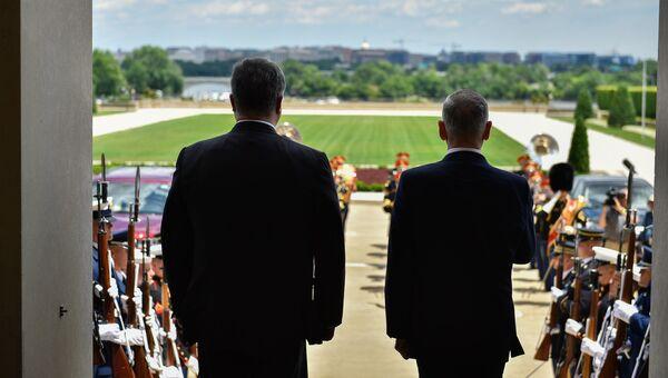 Президент Украины Петр Порошенко и министр обороны США Джеймс Мэттис во время встречи в Вашингтоне