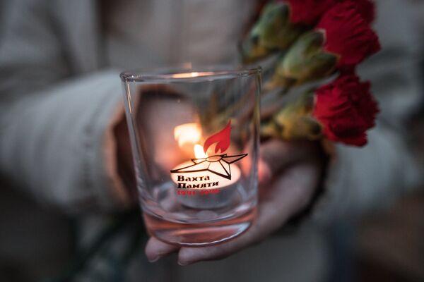 Участник патриотической акции Вахта памяти. Вечный огонь - 2017 перед возложением цветов к Могиле Неизвестного солдата