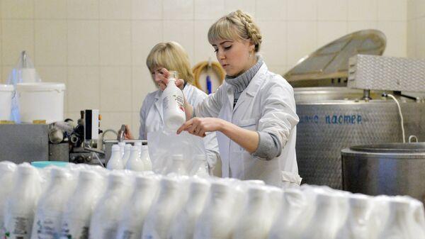Цех розлива козьего молока на фермерском хозяйстве Дак под Минском. Архивное фото