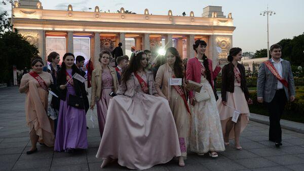 Выпускники в Центральном парке культуры и отдыха имени Горького в Москве. Архивное фото