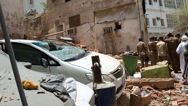 Силы безопасности Саудовской Аравии работают на месте взрыва террориста-смертника в Мекке. 23 июня 2017