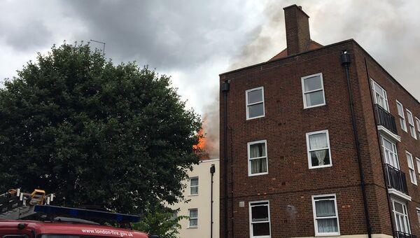 Загоревшийся дом в районе Бетнал Грин в Лондоне. Архивное фото