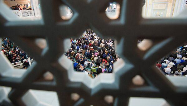 Мусульмане в Соборной мечети в Москве в день праздника Ураза-байрам. 25 июня 2017. Архив