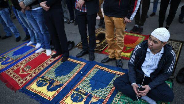 Мусульмане у Соборной мечети в Москве в день праздника Ураза-байрам