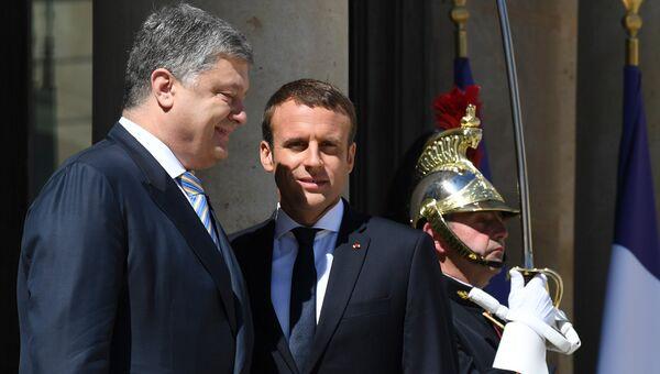 Президент Франции Эммануэль Макрон и президент Украины Петр Порошенко перед встречей в Елисейском дворце в Париже
