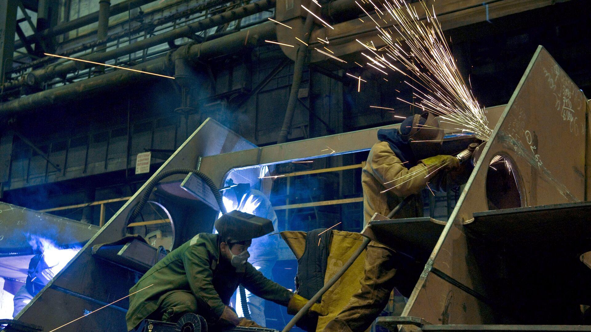 Рабочие в одном из цехов производственного объединения Северное машиностроительное предприятие в Северодвинске - РИА Новости, 1920, 19.01.2021