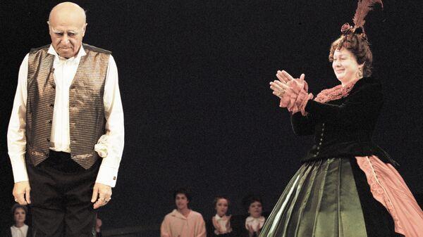 Владимир Этуш (слева) и Мария Аронова (справа) на сцене Государственного академического театра им. Евг. Вахтангова на премьере спектакля Дядюшкин сон Ф. М. Достоевского