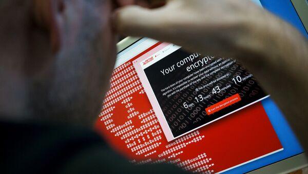 Информационные сообщения вируса-вымогателя на экране монитора. Архивное фото