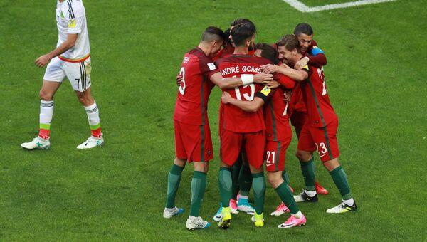 Футболисты Португалии во время матча Кубка конфедераций-2017 по футболу против сборной Мексики