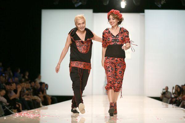 Певец Олег Яковлев во время показа моделей Yanastasia в рамках Недели моды в Москве