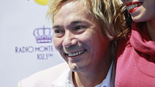 Певец Олег Яковлев на Центральном Московском ипподроме, где проходят скачки Гран-При Радио Monte Carlo