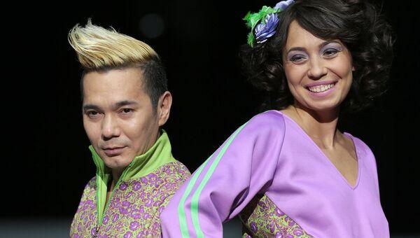 Певец Олег Яковлев демонстрирует одежду из новой коллекции марки YanaStasia в рамках недели моды в Гостином дворе в Москве