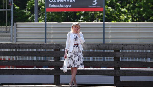 Пассажир на платформе обновленной станции Солнечная Киевского направления Московской железной дороги