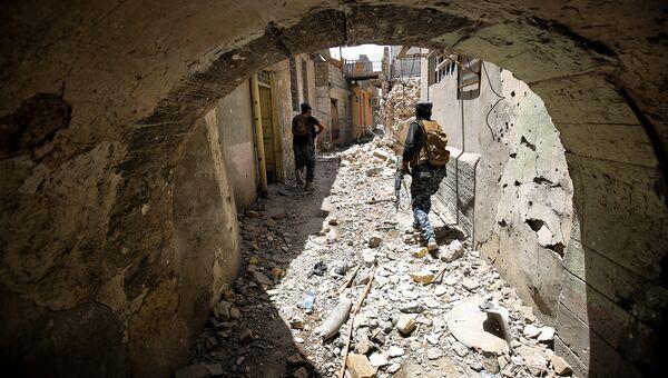 Иракские военные на улице в старом городе Мосула. Архивное фото