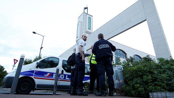 Полиция на месте, где водитель автомобиля пытался протаранить толпу рядом с мечетью в предместье Парижа городе Кретей. 29 июня 2017