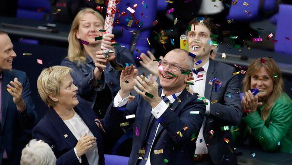 Члены Зеленой партии празднуют принятие закона об однополых браках в Бундестаге