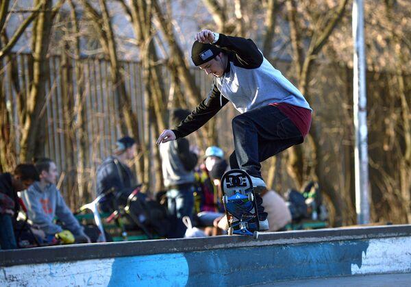 Подросток катается на скейтборде в парке Сокольники в Москве. Архивное фото