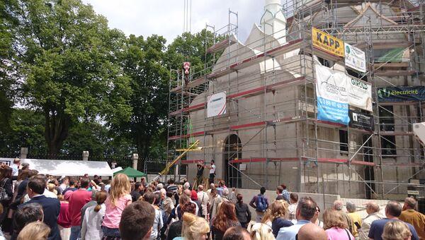 На церемонии установки креста на русский храм Всех святых в Страсбурге присутствовали сотни человек: представители властей и другие почетные гости, русскоязычные прихожане и заинтересованные действом местные жители-французы