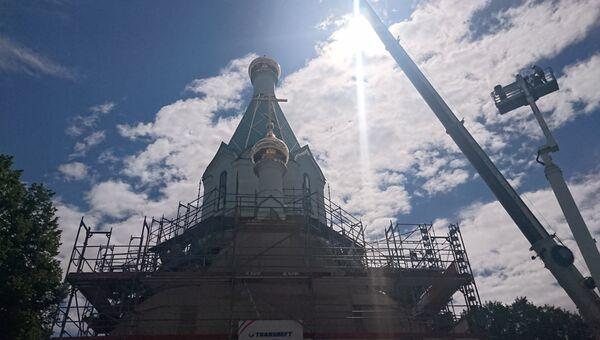 Установка креста на главный купол русского храма Всех святых в Страсбурге прошла при помощи двух подъемных кранов