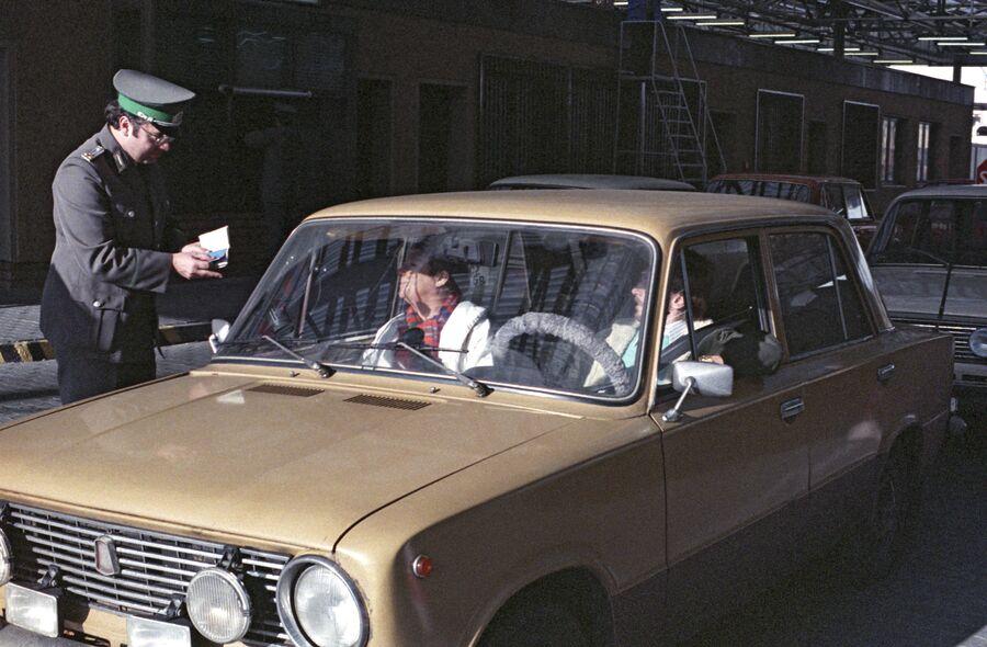 Проверка документов на КПП около берлинской стены. 12 ноября 1989