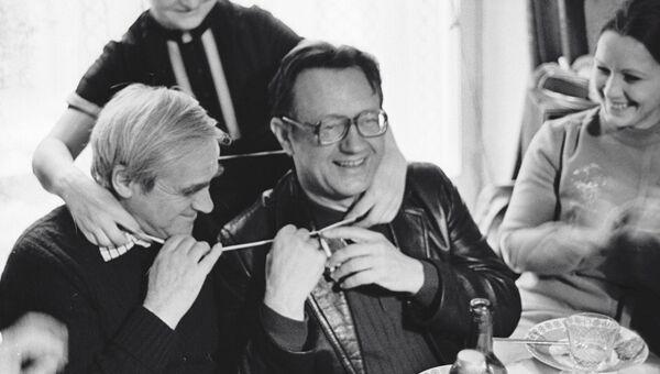 Писатели Даниил Гранин (слева), Алесь Адамович (справа) и одна из героинь книги Евгения Строганова (в центре)