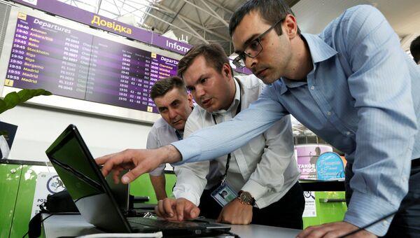 Сотрудники технической поддержки аэропорта Борисполь ликвидируют последствия вируса Petya