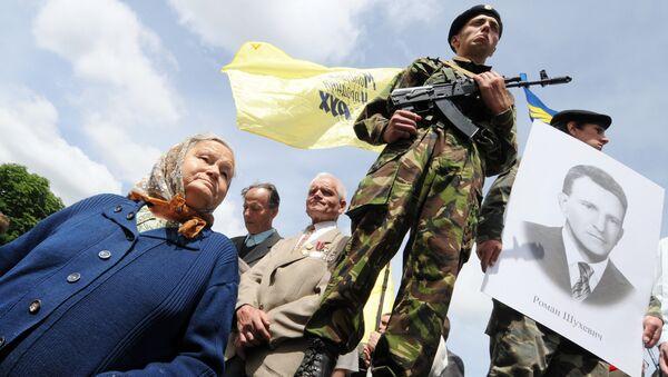 Активисты националистической партии УНА-УНСО с портретом Романа Шухевича. 2009