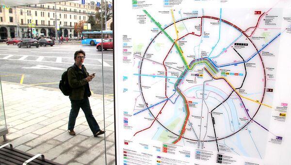 Схема маршрутов нового магистрального городского транспорта на остановке в центре Москвы