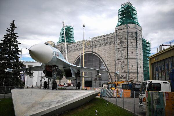 Истребитель Су-27 возле павильона № 32 Космос во время проведения работ по реконструкции ВДНХ