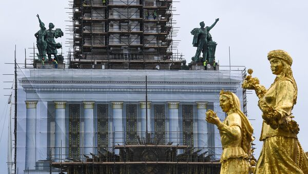 Фрагмент фонтана Дружба народов возле павильона №1 Центральный во время проведения работ по реконструкции ВДНХ. Архивное фото