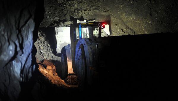 Погрузочно-доставочная машина в шахте рудника. Архивное фото