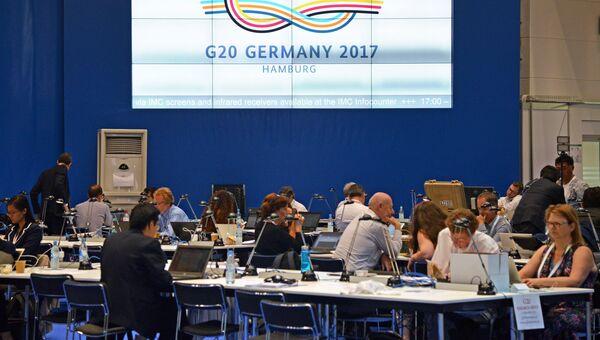 Журналисты в международном пресс-центре перед открытием саммита G20