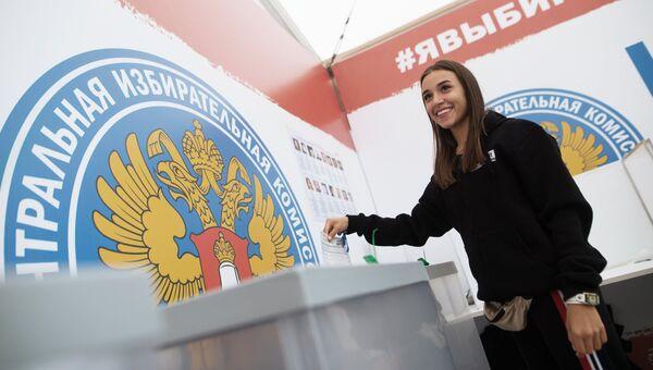 Девушка голосует на выборах президента НАШЕСТВИЯ на музыкальном фестивале Нашествие 2017