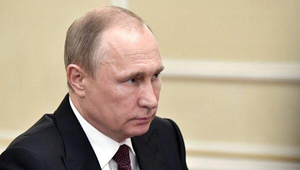 Президент РФ Владимир Путин во время встречи с временно исполняющим обязанности губернатора Свердловской области Евгением Куйвашевым. 9 июля 2017